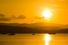Segelboot im Sonnenuntergang Stockfoto