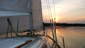 Segelboot im Sonnenuntergang Lizenzfreies Stockbild