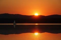 Segelboot im Sonnenuntergang Lizenzfreie Stockfotografie