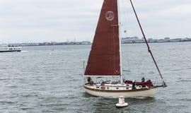 Segelboot im Sperrgebiet des Freiheitsstatuen Stockfotos