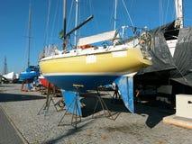 Segelboot im Trockendock Stockfotos