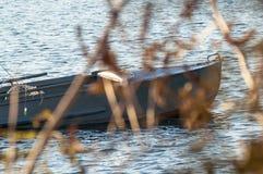 Segelboot im Wasser Lizenzfreies Stockbild