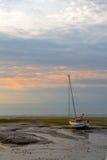 Segelboot im Wattenmeer stockbild