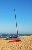 Segelboot, Katamaran und Kajak Lizenzfreie Stockfotos