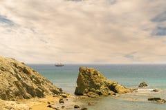 Segelboot an Lolantonis-Strand in Paros-Insel in Griechenland gegen einen drastischen Himmel Lizenzfreie Stockfotos