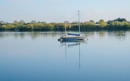 Segelboot machte an Fairlop-Wasser, Essex fest Lizenzfreies Stockbild