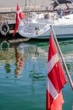Segelboot mit dänischer Flagge Lizenzfreies Stockfoto