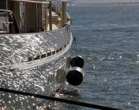 Segelboot mit glitzernder Reflexion des Ozeans stockbild