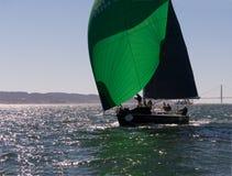Segelboot mit grünen Spinnakern an Rolex-Schale Stockbild