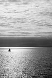 Segelboot mit Sonnenuntergang lizenzfreies stockfoto