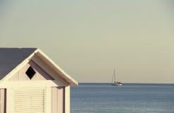Segelboot mit unscharfem Vordergrund, Weinlese Stockfotos
