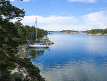 Segelboot mored im Archipel Lizenzfreies Stockfoto