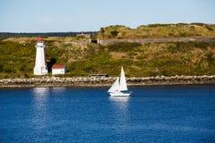 Segelboot-nähernder Leuchtturm Stockbilder