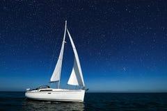 Segelboot nachts mit Sternen Stockbild