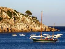 Segelboot nahe der Küstenlinie Lizenzfreies Stockfoto