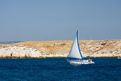 Segelboot nahe Küste Lizenzfreies Stockfoto