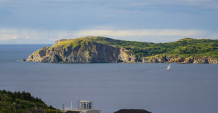 Segelboot navigiert nahe Twillingate-Klippen, Meerblick, Landschaft, Neufundland, atlantisches Kanada Lizenzfreie Stockfotografie