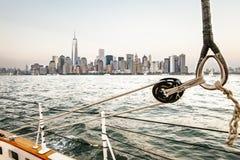 Segelboot in New York mit dem World Trade Center Lizenzfreies Stockfoto