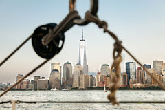 Segelboot in New York mit dem World Trade Center Lizenzfreie Stockfotos