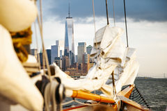 Segelboot in New York mit dem World Trade Center Lizenzfreies Stockbild