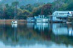 Segelboot-Reflexionen Stockbild