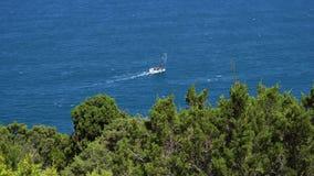 Segelboot segelt allein mitten in dem Meer, das durch den Wind gedrückt wird stock video footage