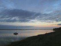 Segelboot am Sonnenaufgang Lizenzfreie Stockfotos