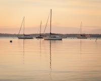 Segelboot-Sonnenaufgang am Anker Stockfotografie