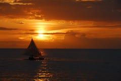 Segelboot am Sonnenuntergang Stockfoto