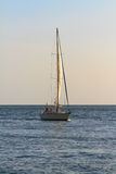Segelboot am Sonnenuntergang Lizenzfreie Stockfotografie