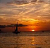 Segelboot-Sonnenuntergang Lizenzfreie Stockfotos