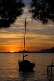 Segelboot am Sonnenuntergang Stockfotos