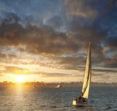 Segelboot am Sonnenuntergang Lizenzfreie Stockbilder