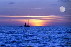 Segelboot-Sonnenuntergang-Schattenbild Lizenzfreie Stockbilder