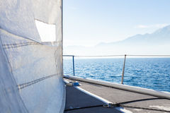 Segelboot am sonnigen Tag im See, leerer Raum stockfoto