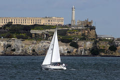 Segelboot und Alcatraz Stockfotografie