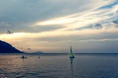 Segelboot und Boote bei Sonnenuntergang lizenzfreie stockfotografie