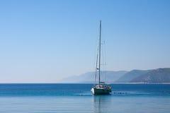 Segelboot und Leute, adriatisches Meer Lizenzfreie Stockfotos