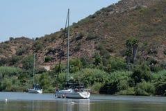 Segelboot und Motorboot festgemacht auf Rio Guadiana stockfoto