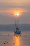 Segelboot und Sonnenaufgang III Stockfotografie