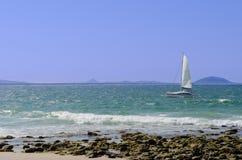 Segelboot und Ufer Stockbilder