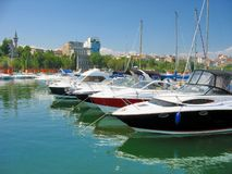 Segelboot und Yacht verankert im kleinen Hafen Tomis Stockfotos