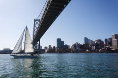 Segelboot unter Brücke Sans Francisco Bay Stockfotos