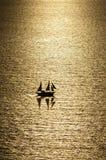 Segelboot unter dem Sonnenuntergang Stockbild
