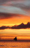 Segelboot unter einem brennenden Boracay-Inselsonnenuntergang lizenzfreie stockbilder