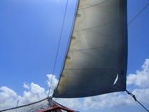 Segelboot unter Segel stockfotos