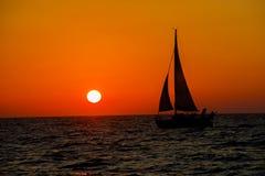 Segelboot unter vollem Segel Lizenzfreies Stockfoto