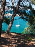 Segelboot verankert in einer Bucht Lizenzfreies Stockbild