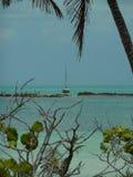 Segelboot verankert nahe Insel Lizenzfreie Stockfotos