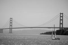 Segelboot vor Golden gate bridge Lizenzfreies Stockbild